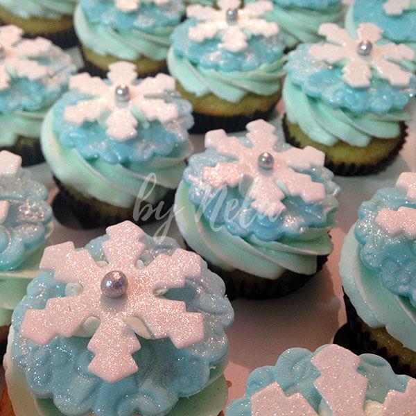 Cupcakes decoradas en celeste y blanco